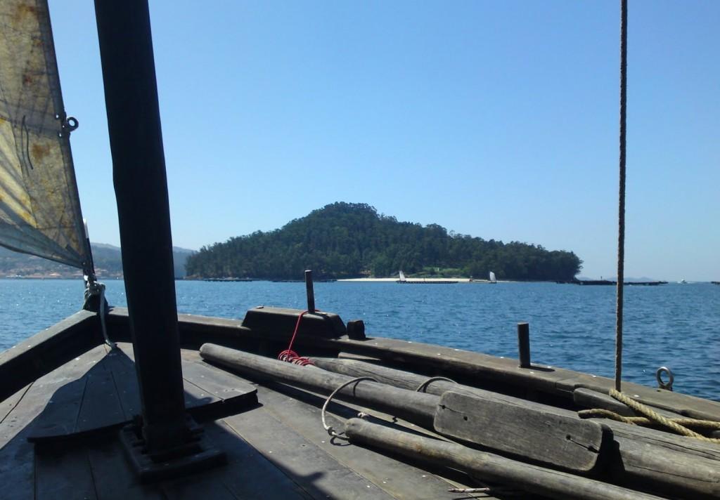 A Meca en Combarro, coa Illa de Tambo á proa.